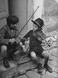 Gypsy Children Playing Violin in Street Premium fotografisk trykk av William Vandivert