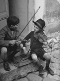 Gypsy Children Playing Violin in Street Stampa fotografica Premium di William Vandivert