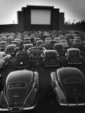 Cars Filling Lot at New Rancho Drive in Theater at Dusk Before the Start of the Feature Movie Lmina fotogrfica por Allan Grant