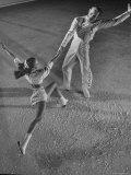 "Husband and Wife Skating Team Narena Greer and Richard Norris Skating with ""The Ice Follies"" Premium-Fotodruck von Gjon Mili"