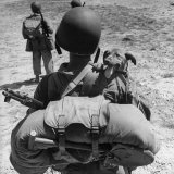 US Marine Jesse Goin Carrying His Dog Towards the Front During the Fighting on Kwajalein Lámina fotográfica por George Strock