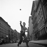 Young Boy Pitching Ball on a City Street Lámina fotográfica por Cornell Capa