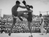 Arann Reongchai and Prasong Chaimeeboon Beginning a Match of a Muay Thai Boxinig プレミアム写真プリント : ジャック・バーンズ