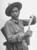 Gurkha Demonstrating the Use of Knives プレミアム写真プリント : ジャック・バーンズ