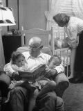 Harry Frantz Reading His Grandchildren to Sleep Lámina fotográfica de primera calidad por Nina Leen