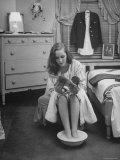 Debutante Ann Lincoln Reading While She Soaks Her Feet Lámina fotográfica de primera calidad por Nina Leen
