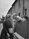 Children Talking over Fence on Queen Caroline St Reproduction photographique sur papier de qualit&#233; par Nat Farbman