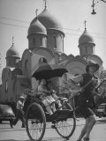 Family Being Pulled in a Rickshaw with a Russian Orthodox Church in the Background プレミアム写真プリント : ジャック・バーンズ