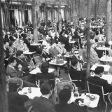 Parisians Dining Outdoors in Balmy Spring Weather Reproduction photographique par Nat Farbman