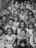 Elementary School Children Sitting on Their School Steps Lámina fotográfica de primera calidad por Nina Leen