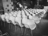 Chairs Designed by Charles Eames Made of Molded Plastic and Plywood Reproduction photographique sur papier de qualité par Peter Stackpole