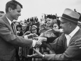 Attorney General Robert F. Kennedy Greeting Supporters Impresso fotogrfica premium por George Silk