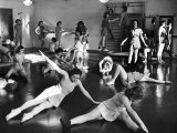 Coeds at the University of New Hampshire Performing Various Corrective Gymnasium Workouts Lámina fotográfica por Alfred Eisenstaedt