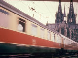 Eurailpass in Europe: Germany's Parsifal Express Speeding Past Cologne Cathedral Lmina fotogrfica de primera calidad por Carlo Bavagnoli