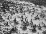 650 Motorcyclists Race Through the Mojave Desert Lámina fotográfica por Bill Eppridge