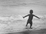 Little Boy Trying to Surf Lmina fotogrfica por Allan Grant