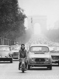 Champs Elysees Traffic Led by Actress Elsa Martinelli on Motorbike Lmina fotogrfica de primera calidad por Carlo Bavagnoli