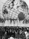 Fountains Surrounding Unisphere at New York World's Fair Closing Day Fototryk i høj kvalitet af Henry Groskinsky
