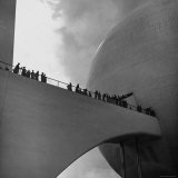 Visitors Inspect Democracity, The City of Tomorrow, at the New York World's Fair Lámina fotográfica por David Scherman