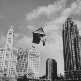 Stunt Man Jack Wylie Kite-Flighting over the Chicago River Fotografisk tryk af Al Fenn