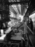 August Thyssen Steel Mill, Large Steel Works, Men Up on Platform Lámina fotográfica por Ralph Crane