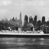 Oceanliner &#39;Queen Elizabeth&#39; on the Hudson River Photographic Print by Andreas Feininger