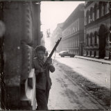 Hungarian Freedom Fighter Armed with Gun During Uprising Against Soviet Backed Regime Fotografie-Druck von Michael Rougier
