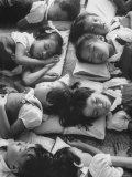 Kindergarten Students at the Yumin Chinese School Laying Head to Head During Nap Time Impressão fotográfica premium por Howard Sochurek
