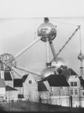 Atomium Towering over Belgian Folklore Exhibit at Brussels World's Fair Premium-Fotodruck von Michael Rougier