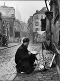 Young Artist Paints Sacre Coeur from the Ancient Rue Narvins Papier Photo par Ed Clark