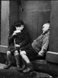 Two Boys Sitting on Doorstep Reproduction photographique sur papier de qualité par Nat Farbman