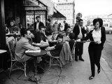 Parisians at a Sidewalk Cafe Fotoprint van Alfred Eisenstaedt