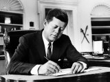President John F. Kennedy Working at His Desk in the Oval Office of the White House Fotoprint van Alfred Eisenstaedt