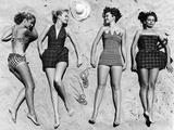 Zonnebadende modellen, gekleed volgens de laatste badmode Fotoprint van Nina Leen
