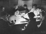 Workers on the Fort Blanding Site Playing a Game of Poker Reproduction photographique sur papier de qualité par Thomas D. Mcavoy