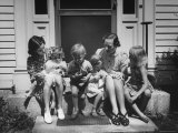 Mothers Sitting with Children on Doorstep Premium-Fotodruck von Hans Wild