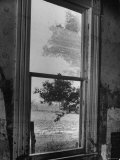 The High Water Mark from a 1945 Flood Showing on the Upper Pane of a Farmhouse Window Premium-Fotodruck von Hans Wild