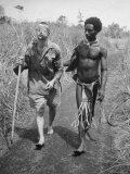 Papuan Native Helping a Wounded Australian Infantryman Along Road Away from the Buna Battlefront Reproduction photographique sur papier de qualité par George Silk
