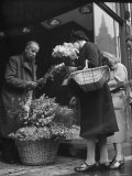Mrs. Robert Neve Buying Flowers For Her House Premium-Fotodruck von Hans Wild