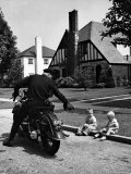 Policeman on Motorcycle Chatting with Toddler Boys Sitting on Curb Premium Photographic Print by Alfred Eisenstaedt