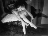 Premier Ballerina Semionova Tying Her Toe Shoe Before a Performance at the Great Theater Reproduction photographique sur papier de qualité par Margaret Bourke-White