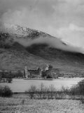 Old Scottish Castle Standing on a River Peninsula, with Mountain Rising in Background Photographie par Nat Farbman