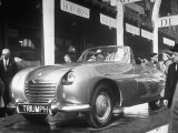 The British Triumph Roadster at the Paris Auto Show Reproduction photographique sur papier de qualité par Gordon Parks
