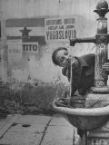 Young Boy Getting a Drink from Fountain in Trieste Region Reproduction photographique sur papier de qualit&#233; par Nat Farbman