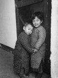Two Small Chinese Children Impressão fotográfica premium por Carl Mydans