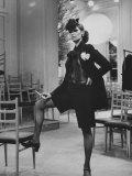 Model Danielle Sauvajeon in Paris Fashion Show 1968 Impressão fotográfica por Bill Ray