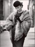 Modell iklädd en fransig sjal av norsk blårävskinn till priset av 750 $ Fotoprint av Gordon Parks