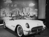 Sleek New Chevrolet Corvette Standing in Show Room Reproduction photographique sur papier de qualité par Eliot Elisofon