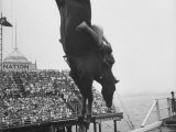 People Come Out to See the Diving Horse Lámina fotográfica por Peter Stackpole