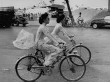 Women Riding Bicycles in Saigon Premium fotografisk trykk av John Dominis